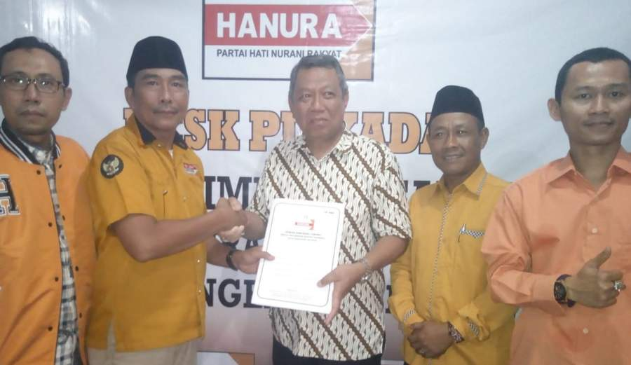 : Bang Ben bersama jajaran Hanura Tangsel saat kembalikan form penjaringan Balon walikota di Ruko Golden Road ITC BSD, Serpong.