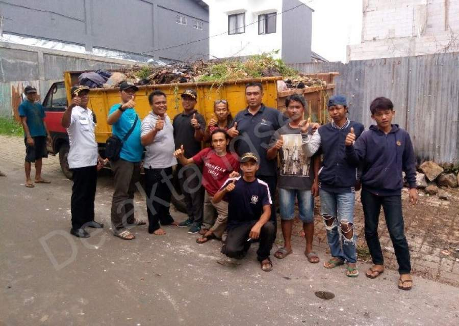 Di Motori Tokoh Pemuda, Warga Kampung Rawa Gotong Royong Bersihkan Sampah