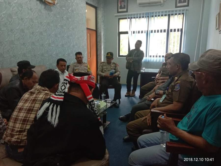Tampak mediasi masih alot antara warga dan satpol pp (SB)