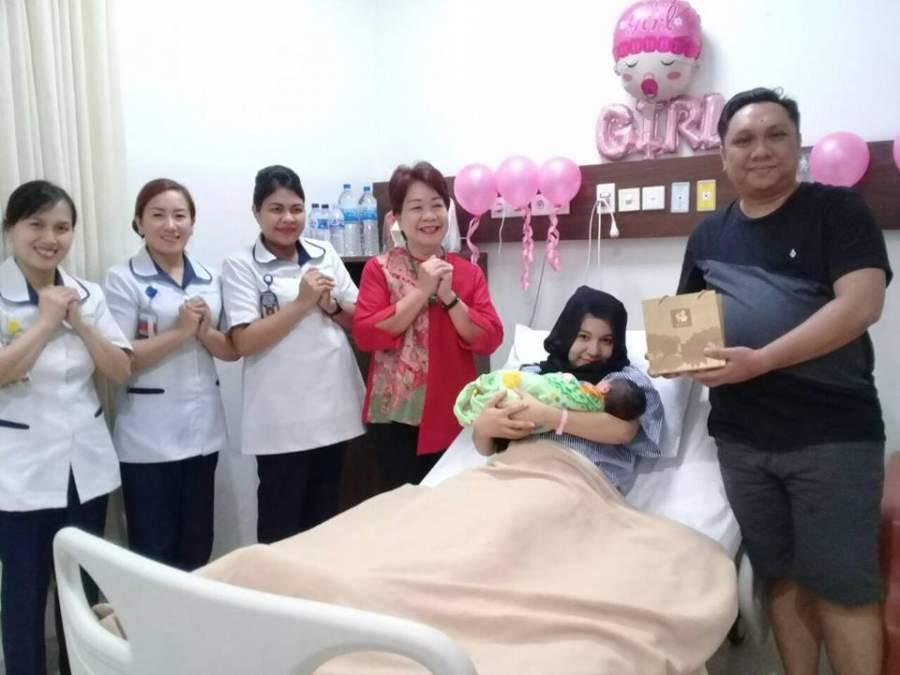 Rayakan Imlek, Siloam Hospitals Bagi Jeruk Mandarin ke Pasien