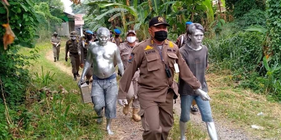 Petugas Pol PP Tangsel saat lakukan penertiban manusia silver di kawasan Ciputat.