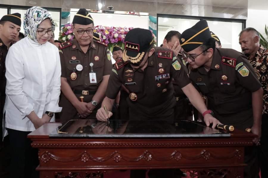 Penandatangani prastasi oleh Jaksa Agung RI Burhannudin ketika meresmikan Gedung Kantor Kejari Tangsel, Jumat (17/1/2020).