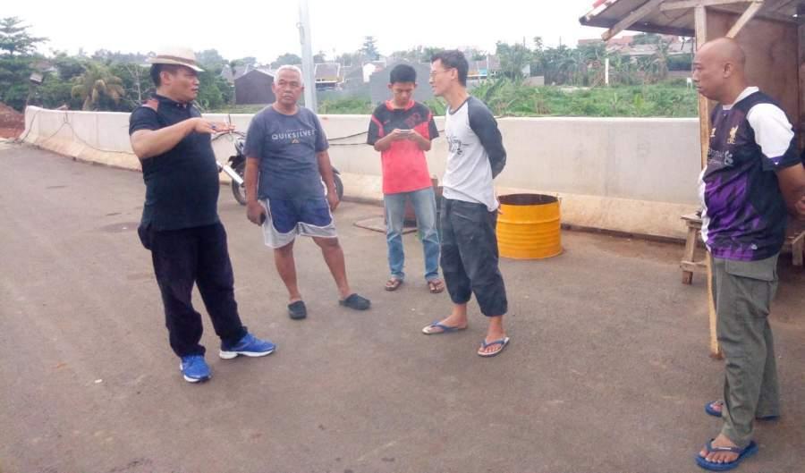 Anggota Komisi lV DPRD Tangsel, Yanto saat lakukan sidak area kali Cibenda atau kali Deker.