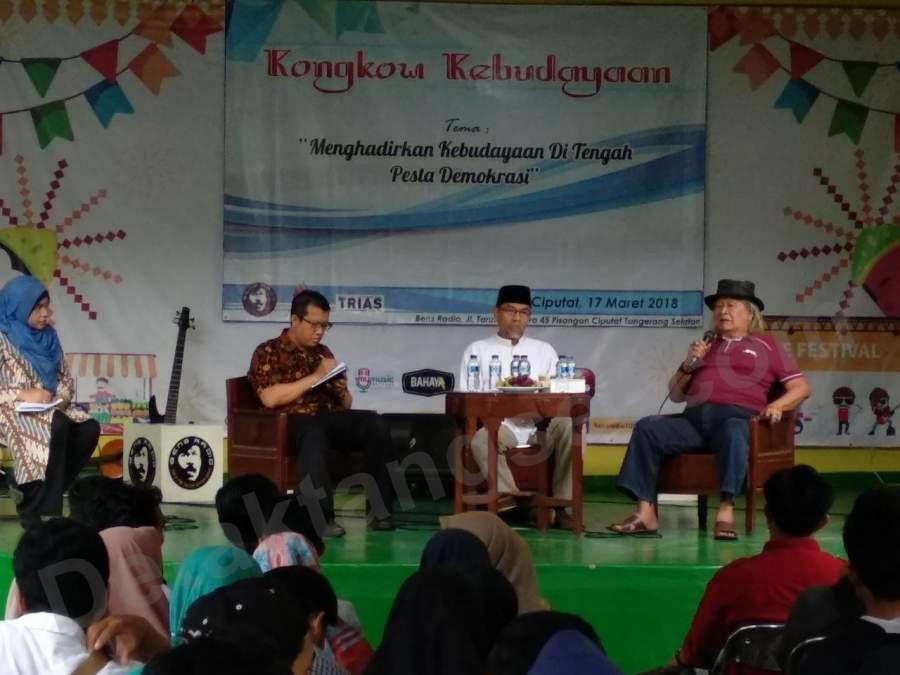 Ridwan Saidi (kiri) saat diskusi kebudayaan di Pisangan, Ciputat.
