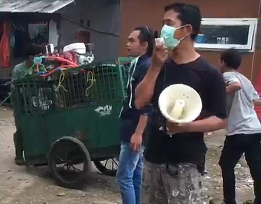 Sekretaris Kelurahan Pondok Pucung, Murdih Pepenk saat lakukan penyemprotan disinfektan di wilayah Pondok Pucung.