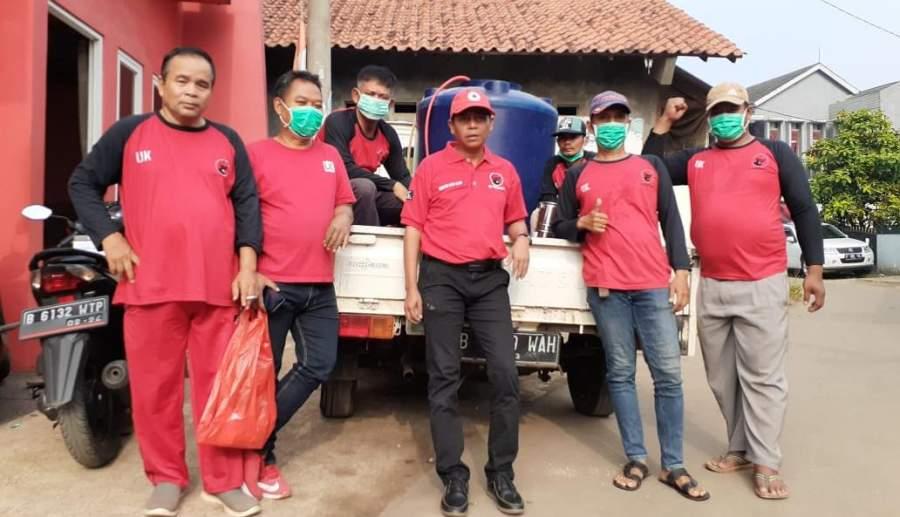Anggota DPRD Tangsel, Undang Kasi Ujar bersama kader PDIP Ranting Pondok Pucung saat lakukan penyemprotan disinfektan.