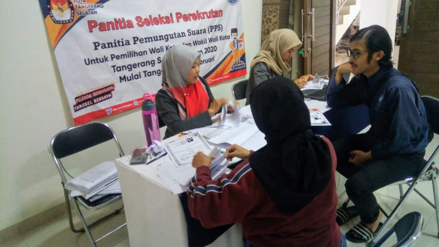 Peserta seleksi PPS tengah mengisi formulir pendaftaran di KPU Tangsel.