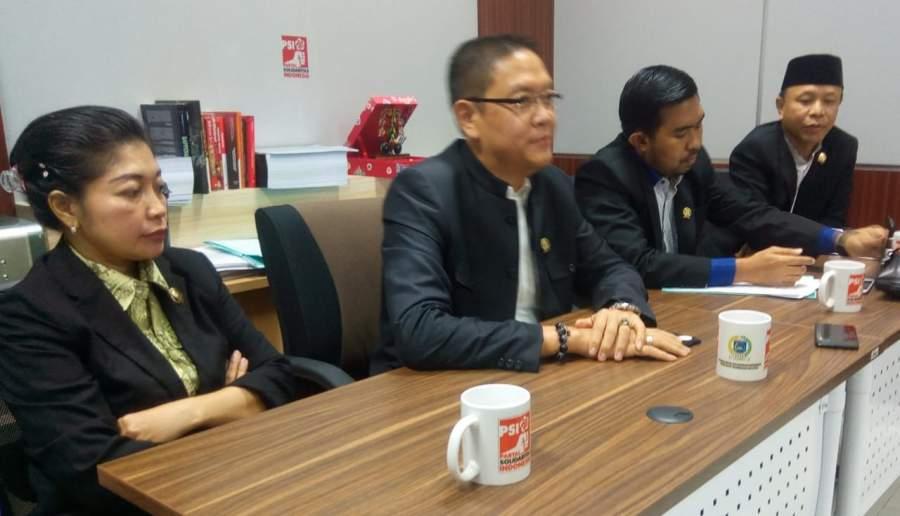 : Fraksi PSI DPRD Tangsel saat memberikan keterangan pers kepada wartawan, Senin (11/11/2019).