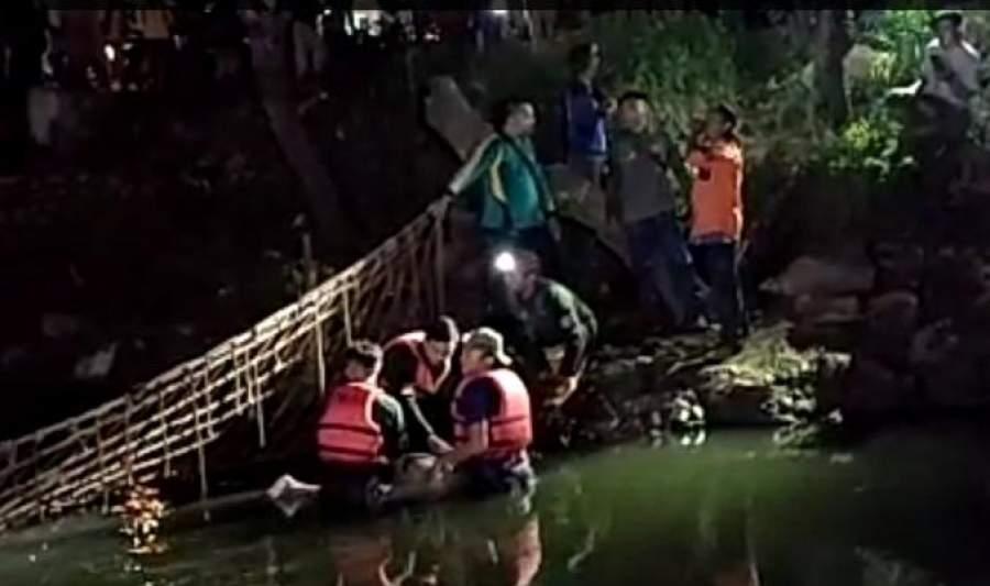 Tim rescue Pol PP Tangsel saat evakuasi jasad Nazar yang tersangkut jaring.