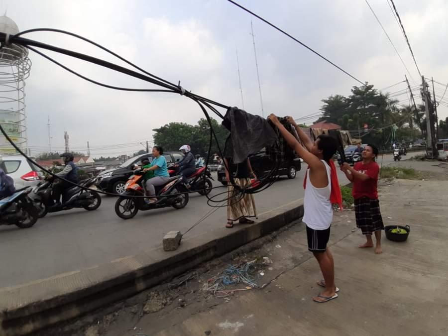 Sindir Pemerintah, Pemuda di Pamulang Jemur Pakaian di Kabel Listrik
