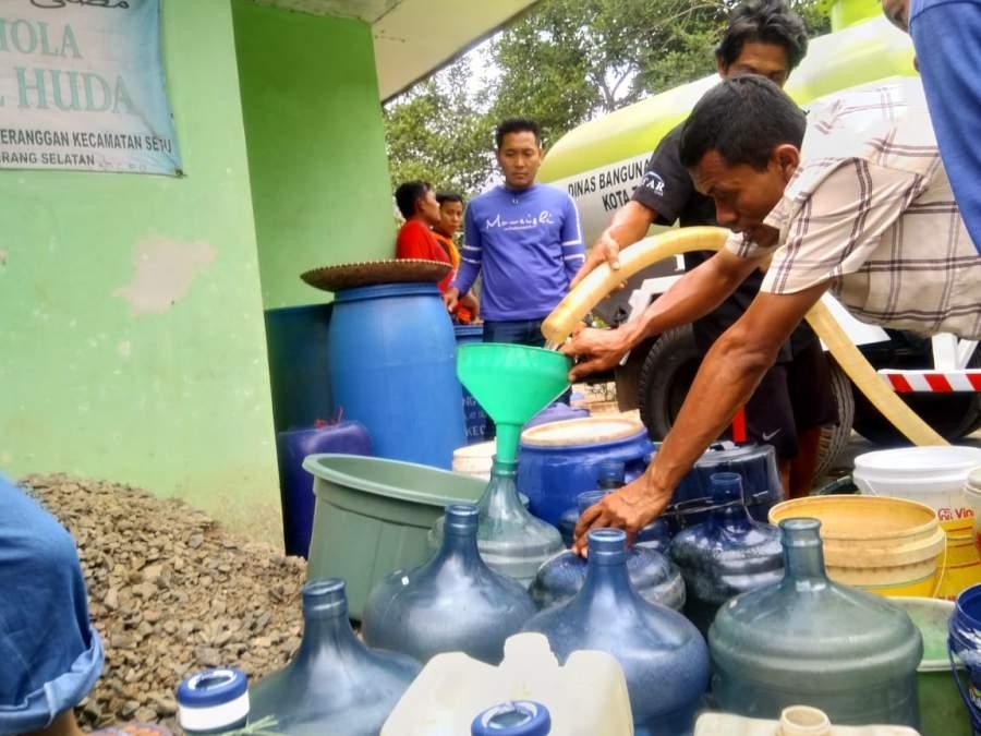 Warga saat antri air bersih dari BPBD Kota Tangsel.