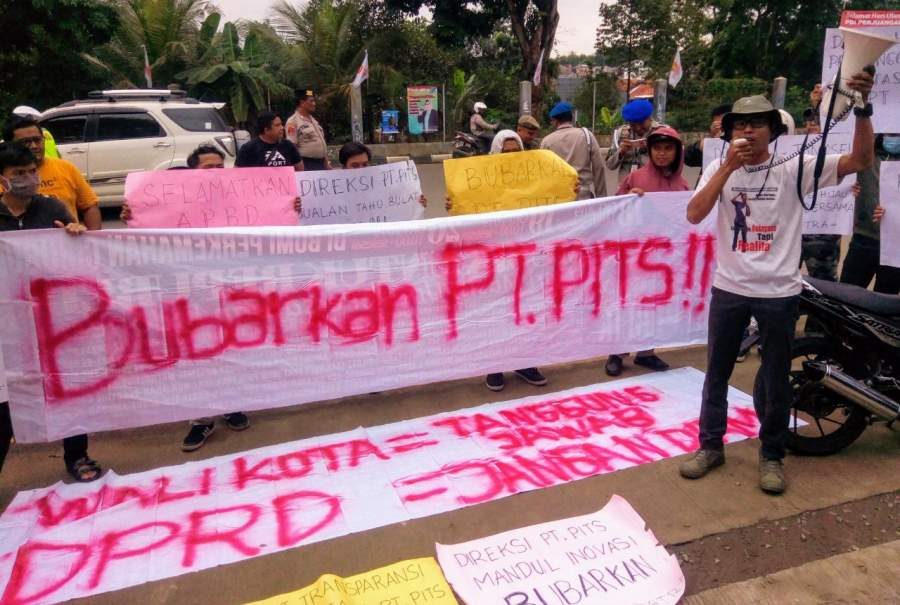Massa PATRA saat demo tuntut bubarkan PT PITS.