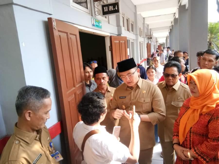 Wagub Banten Andika Hazrumy saat sidak di SMA 2 Tangsel.
