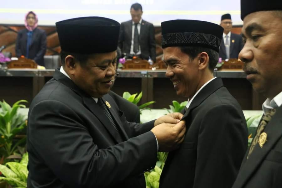Sah, Tiga Anggota Dewan PAW Resmi Kenakan Pin Lambang DPRD Tangsel