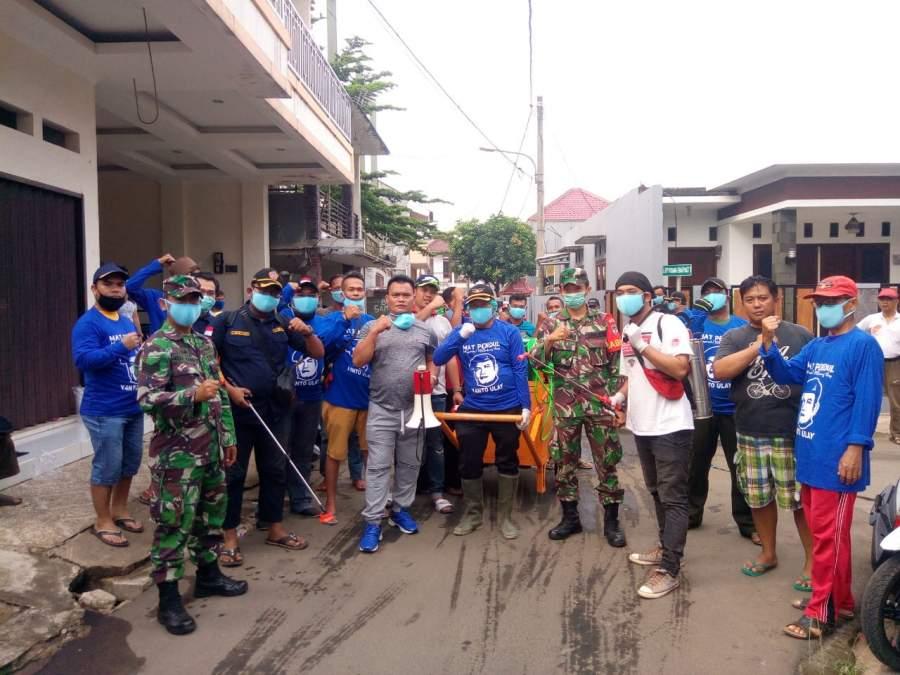 Relawan Mat Pendul bersama TNI/Polri dan Karang Taruna sebelum lakukan penyemprotan disinfektan.