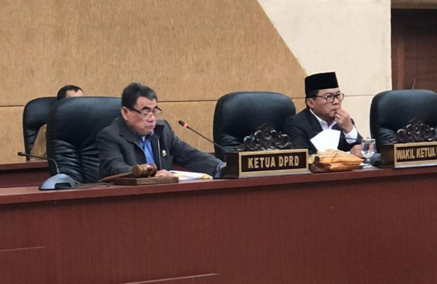 Suasana sidang paripurna yang dipimpin ketua dewan sementara Sukarya dan wakil ketua Iwan Rabayu (dok DT).