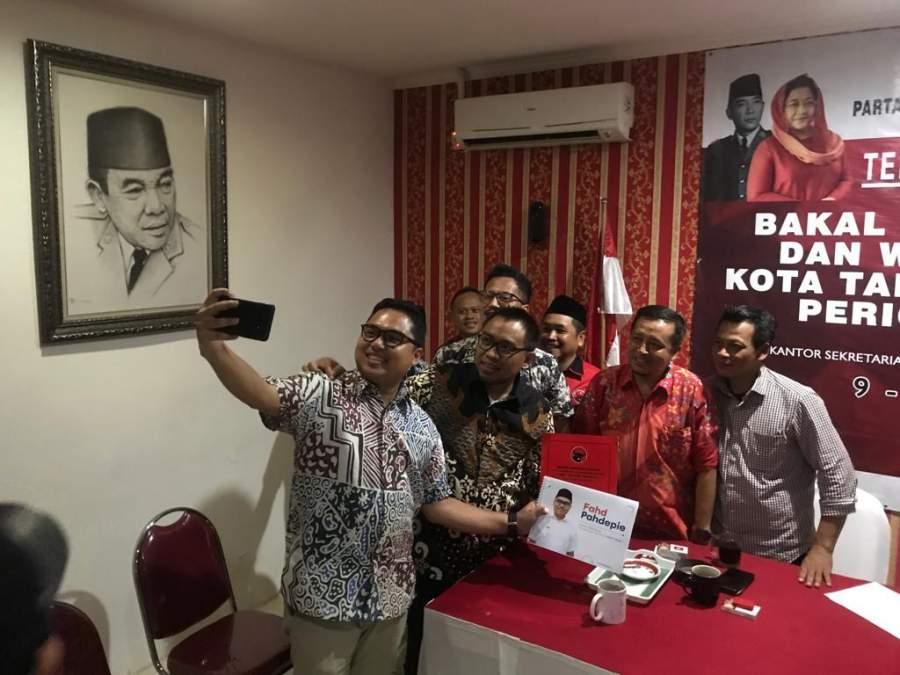 Fadh Pahdepie berswafoto dengan jajaran pengurus PDI Perjuangan Tangsel.