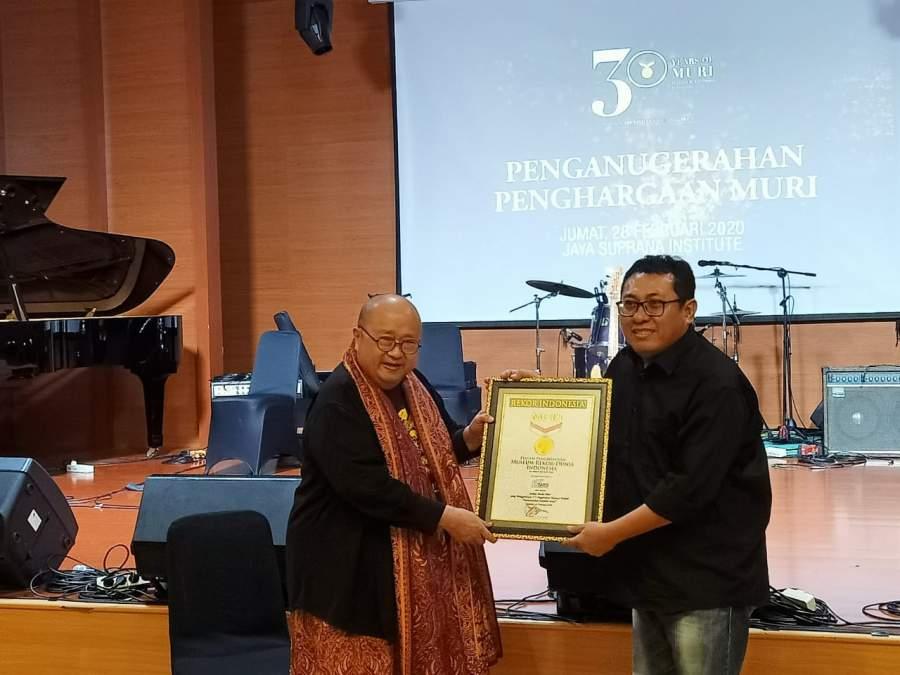 Ketua SMSI, Firdaus saat terima rekor MURI dari pendiri MURI, Jaya Suprana.