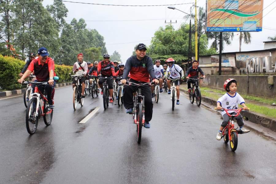 Wali Kota Tangerang Arief R Wismansyah menggowes sepeda.