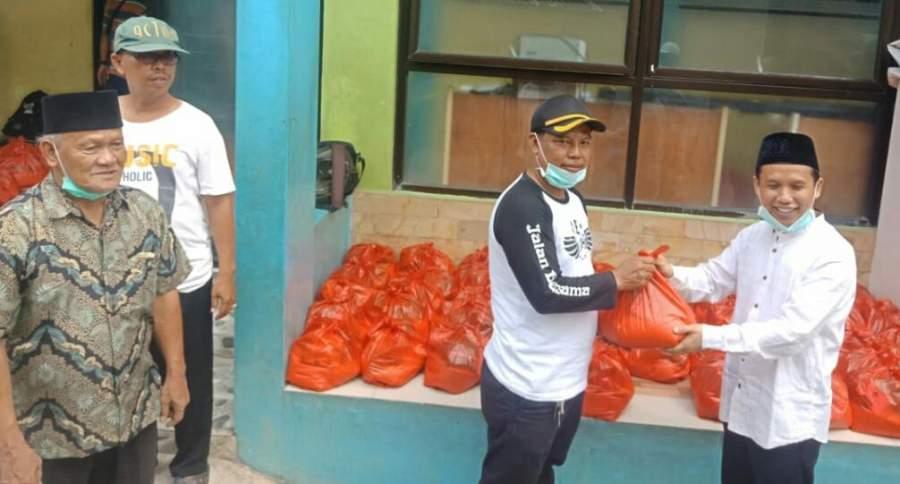 Wakil Ketua DPRD Tangsel, Mustopa saat memberikan bantuan sembako kepada warga.
