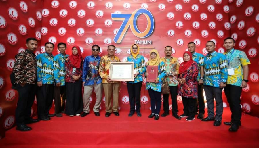 Walikota Tangsel Airin Rachmi Diany saat menerima penghargaan kota peduli HAM dari Menteri Hukum dan HAM.