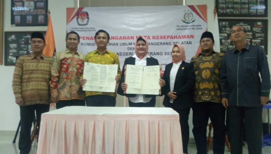 Ketua KPU Tangsel, Bambang Dwitoro dan Kepala Kejari Tangsel, Nur Erlina Sari tandatangani nota kesepahaman bersama.
