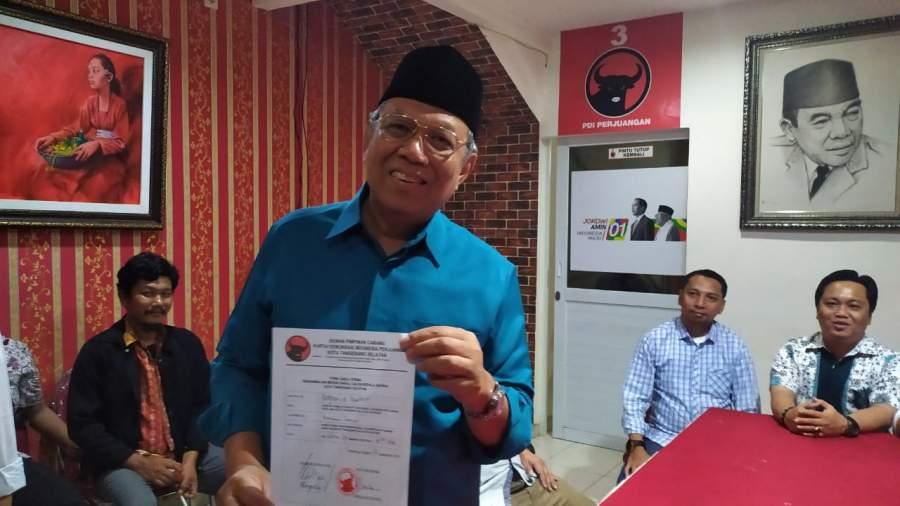 Benyamin Davnie saat pengembalian form pendaftaran calon di PDIP Tangsel.