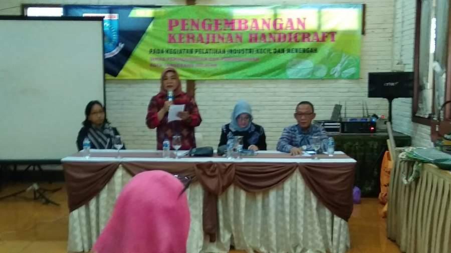 Kepala Disperindag Tangsel, Maya Mardiana, Asda ll Retno Prawati, Kabid Industri Ferry Payacun dan Ketua Asipa Tangsel, Nia Alina saat menggelar pelatihan pengembangan handycraft.