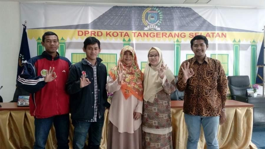 Ketua Fraksi PKS, Siti Chadijah dan anggota Fraksi PKS Andi Cut Muthia saat diskusi dengan mahasiswa