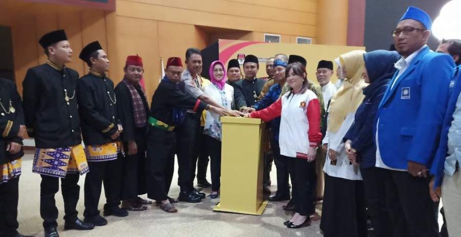 KPU Tangsel, Airin Rachmi Diany dan pimpinan Parpol saat launching maskot Pilkada Tangsel di aula UT Pamulang.