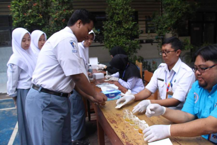 Sejumlah pelajar saat lakukan test urine.
