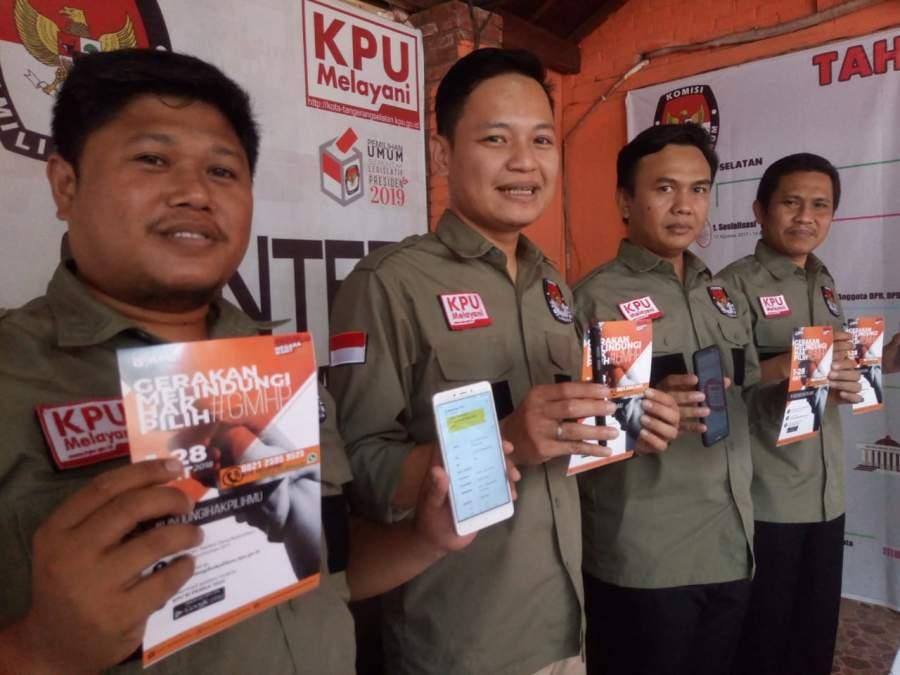 Komisioner KPU Tangsel menunjukan #GMHP untuk melindungi hak warga di Pemilu 2019.