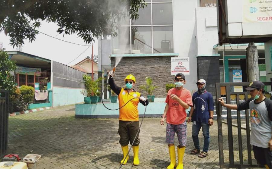 Kepala UPT Cipeucang, Tain Setiawan saat melakukan penyemprotan disinfektan di kawasan Cipeucang.