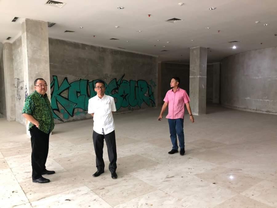 Anggota Komisi lV DPRD Tangsel, Rizki Jonis, Tarmizi dan Aguslan Busro saat Sidak pembangunan gedung DPRD.