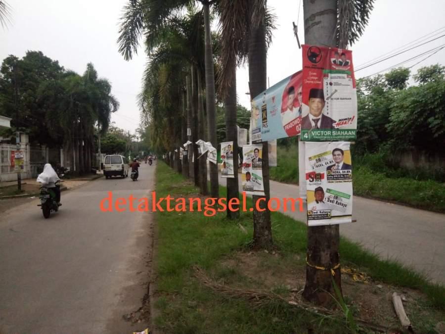 Sejumlah APK Pemilu 2019 yang masih tertempel di jalan utama Komplek Bukit Nusa Indah, Ciputat.