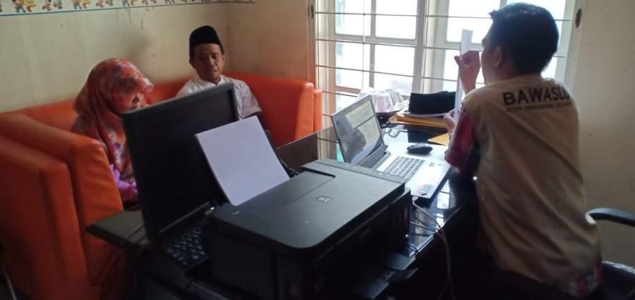 Ketua DPD PKS Kota Tangsel dan Siti Khadijah saat klarifikasi dugaan pelanggaran APK di kantor Bawaslu Tangsel.