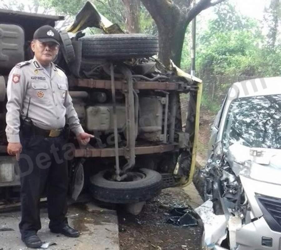 Kecelakaan Mobil Box dan Mobil Sedan