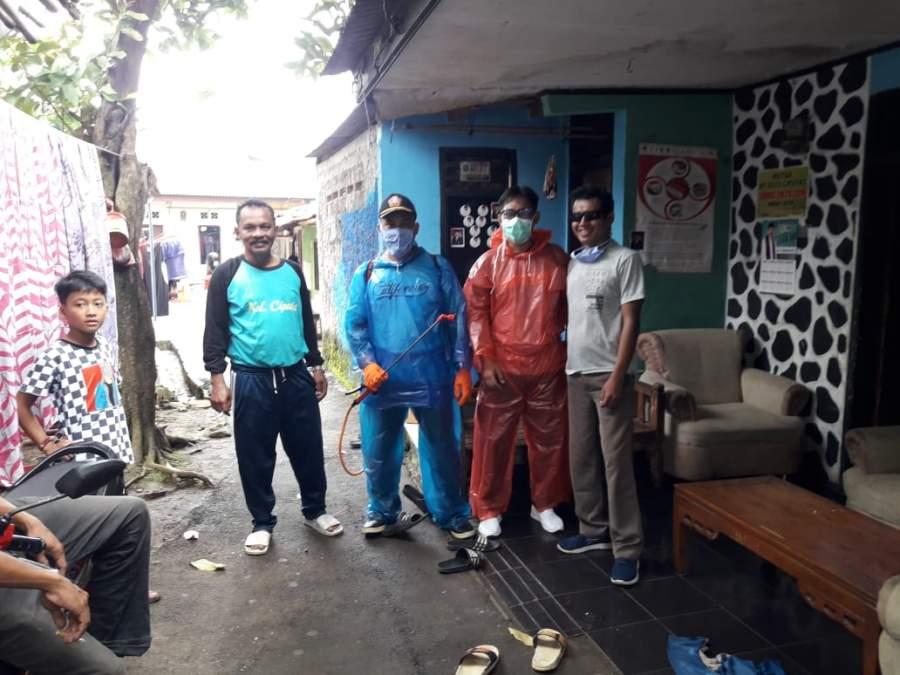 Karang Taruna Kelurahan Ciputat, Cegah Covid-19 Semprot Disinfektan di Permukiman Warga