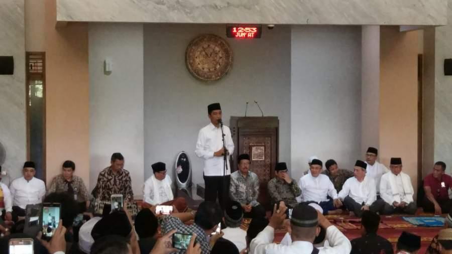Presiden RI, Jokowi saat serahkan sertifikat tanah warga di Pondok Aren. Kota Tangsel.
