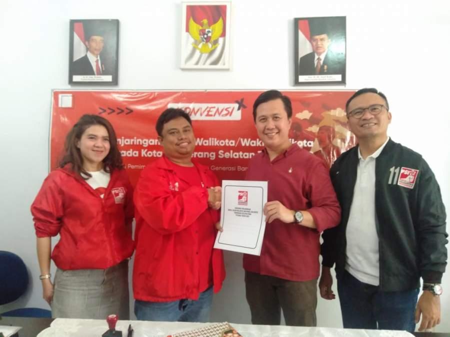 Irawan saat mendaftar Calon Walikota di PSI Kota Tangsel.