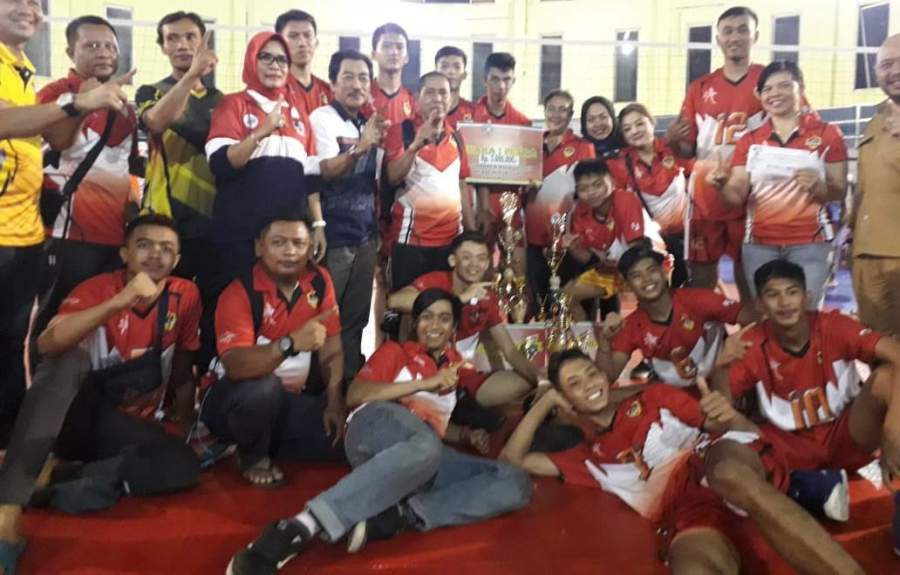 Kadispora Tangsel Wiwik Martadinata dan penyelenggara turnamen, Youni Syahro berbaur dengan tim-tim juara turnamen volly P2B Tangsel.