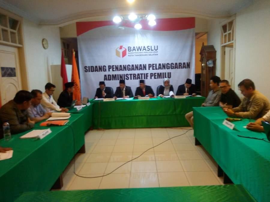 Bawaslu Tangsel saat sidang dugaan pelanggaran Pemilu 2019 antara Partai NasDem dan PPK Pondok Aren.