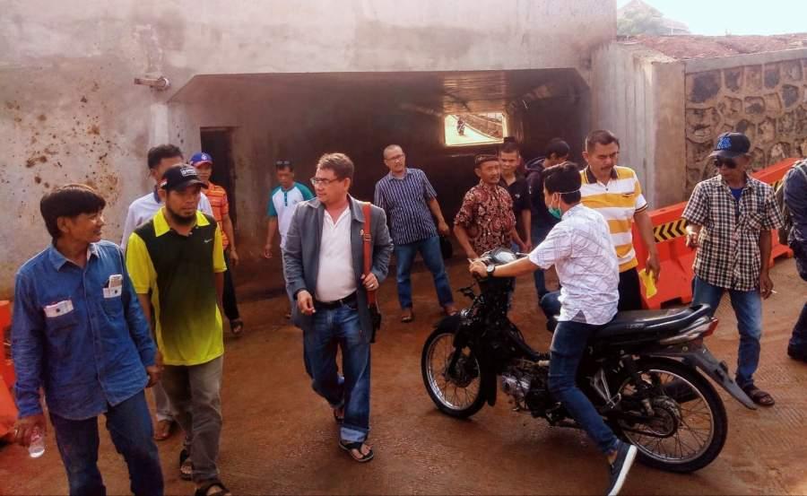 Anggota DPRD Tangsel, Sukarya bersama warga saat meninjau underpass di Kampung Cilalung Serua, Ciputat, Selasa (3/12/2019).