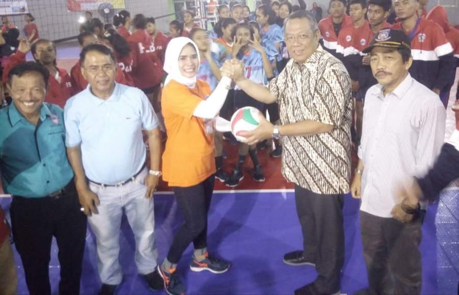 Wakil Walikota Tangsel, Benyamin Davnie serahkan bola kepada penyelenggara turnamen, Youni Syachro.