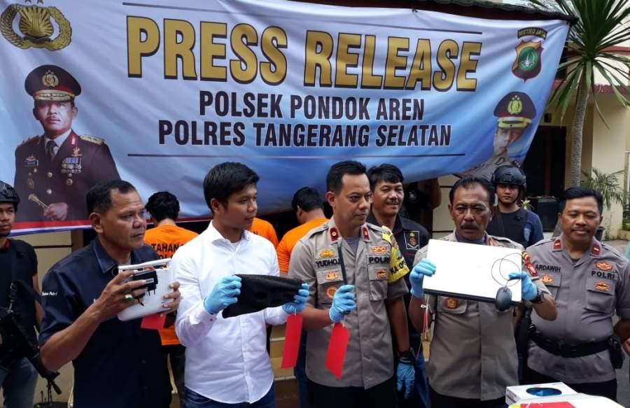 Kapolsek Pondok Aren Kompol Yudho Huntoro didampingi Kasatreskrim Polres Tangsel saat gelar perkara pencurian kotak amal masjid.