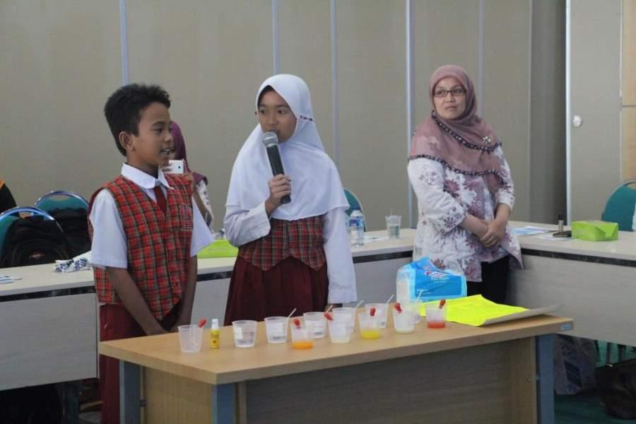 Murid SDN Jelupang 2 mendemonstrasikan eksperimen vitamin c disalah satu ruang kelas sekolah tersebut.