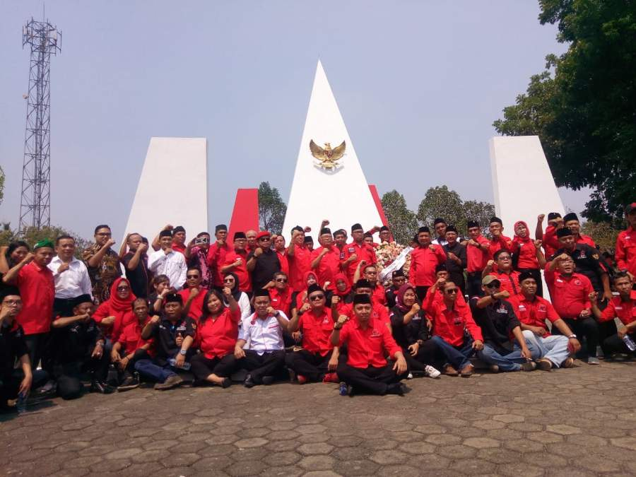Kader PDI Perjuangan Tangsel saat tabur bunga di Taman Makam Pahlawan Seribu, Kecamatan Setu.